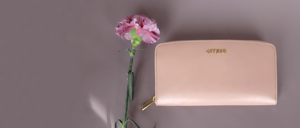 ベージュカラーの財布
