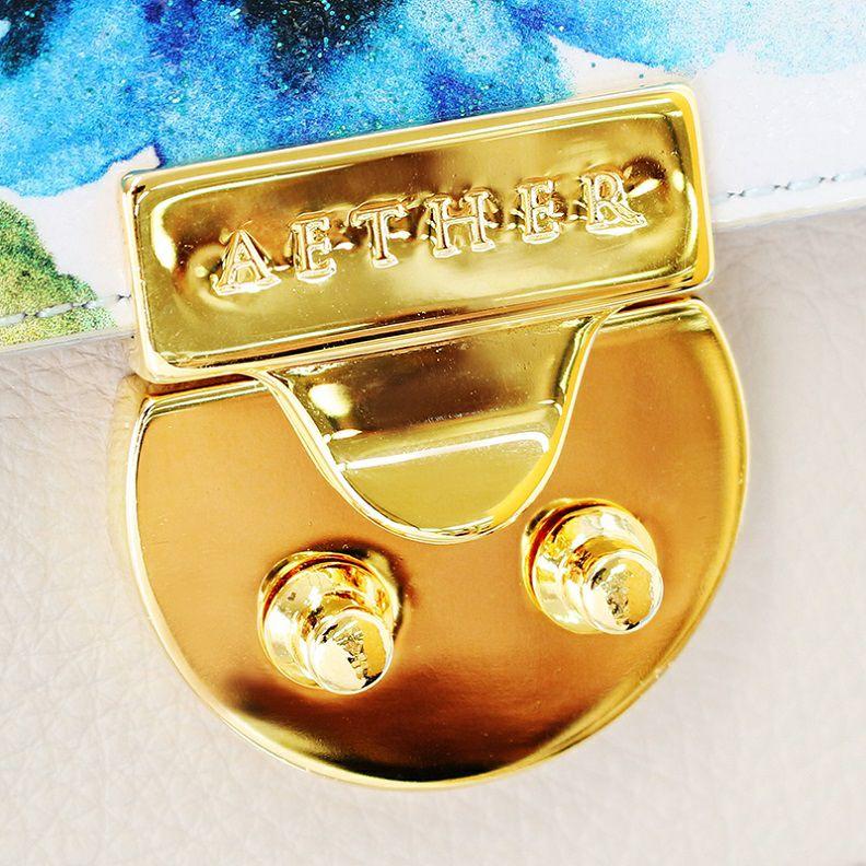 女性らしい丸みを帯びた金具